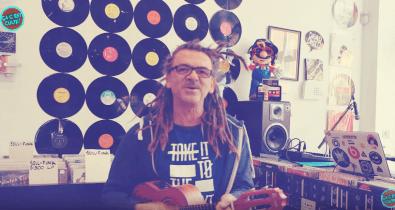 Toninho Almeida en session musicale Ça C'est Culte au Retro Music Shop