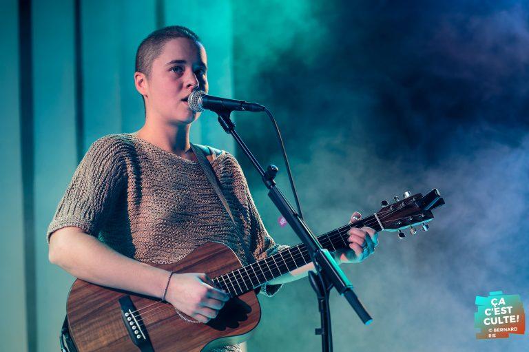 La première partie de cette soirée Saule namuroise était assurée par la jeune chanteuse belgo-turque Maya.